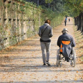 Betreuerin-begleitet-Rollstuhlfahrer